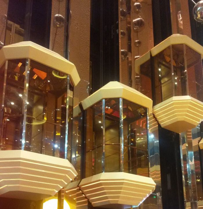 Elevadores panorámicos del crucero para acceder a los 14 pisos