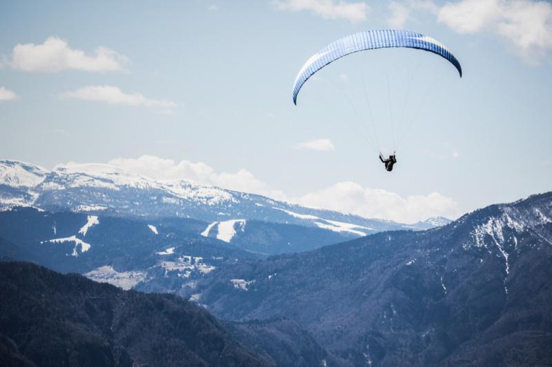 Deportes extremos en el aire con las mejores vistas