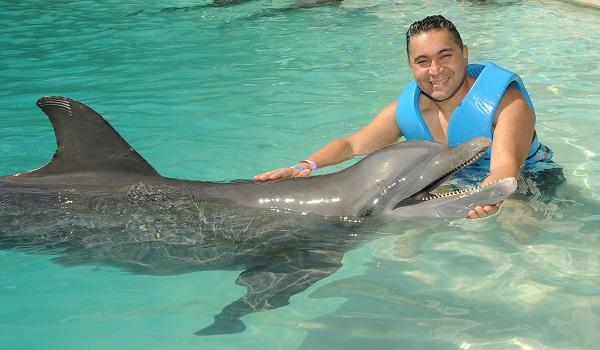 ¡Visita el Acuario Interactivo y vive la mejor experiencia de nado con delfines en Cancún!