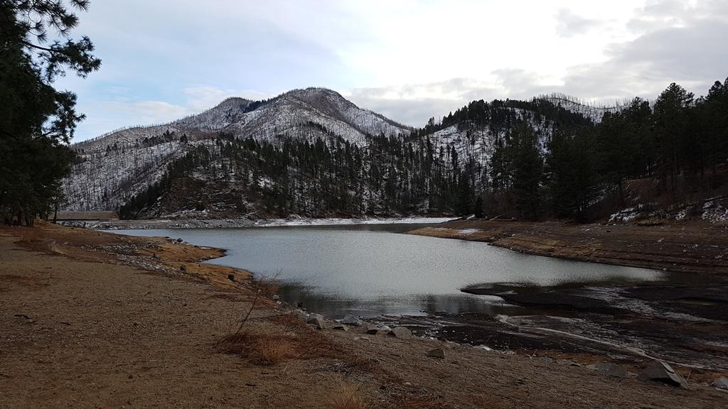 Aprecia el lago Bonito y las montañas que lo rodean