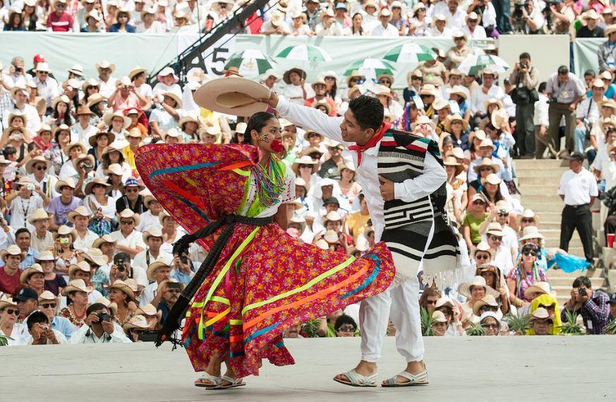 Baile típico en el Auditorio Guelaguetza